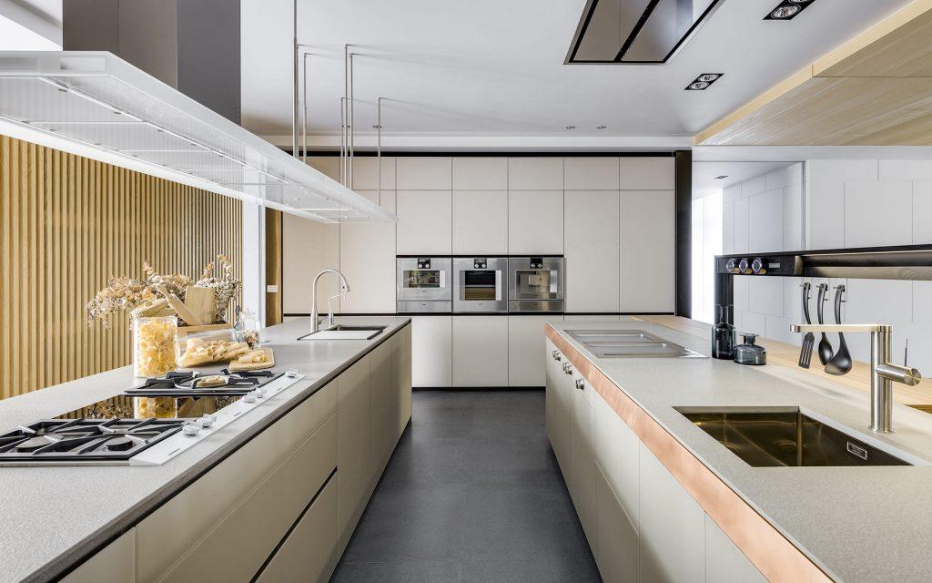 Valcucine 的花崗岩檯面以及絲絨觸感般的 霧烤玻璃,為廚房空間營造出優雅細膩的 藝術氛圍。